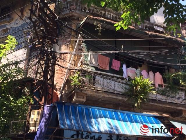 Tường nhà bong loang lổ, dây điện kéo ngang chằng chịt trên phố Hàng Buồm. (Ảnh: Minh Thư)