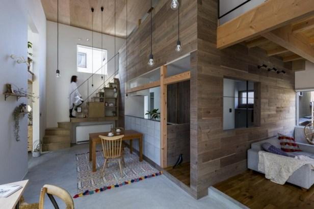 Chiếc thảm trải sàn đặt ngay dưới bàn ăn nhiều màu sắc tạo điểm nhấn bắt mắt cho ngôi nhà.