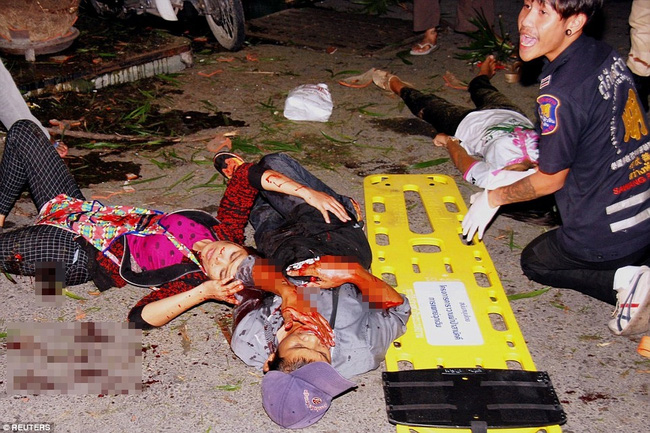 Các nhân viên y tế nhanh chóng cứu chữa người bị nạn.