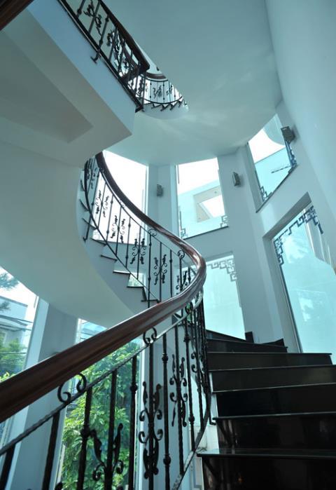 Trên các bậc cầu thang là rất nhiều ô cửa kính tạo cảm giác sáng sủa và gần gũi với thiên nhiên.