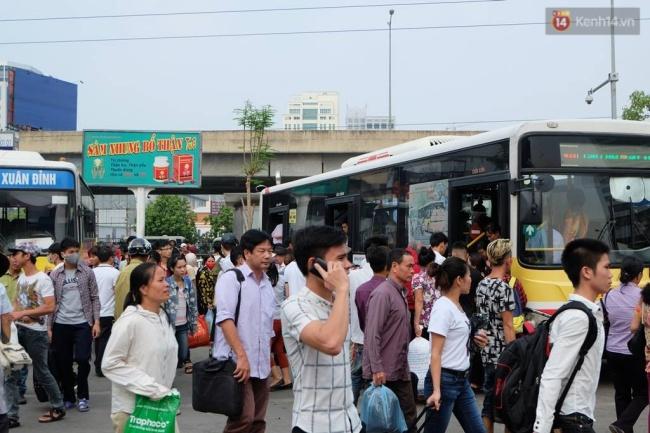 Dòng người hối hả xếp hàng lên xe buýt. Ảnh: Định Nguyễn