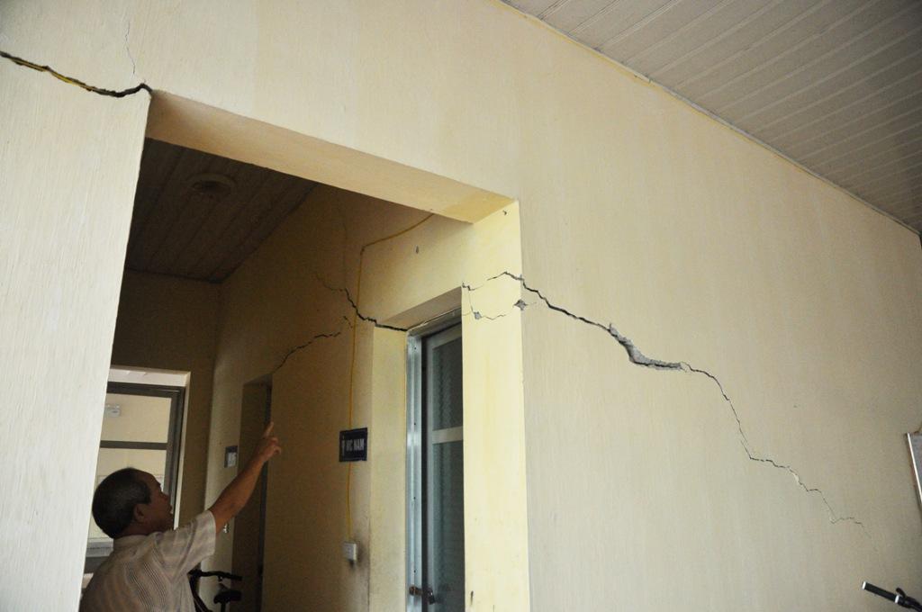 Nhiều vết nứt dài ngay dưới tầng 1 của chung cư.