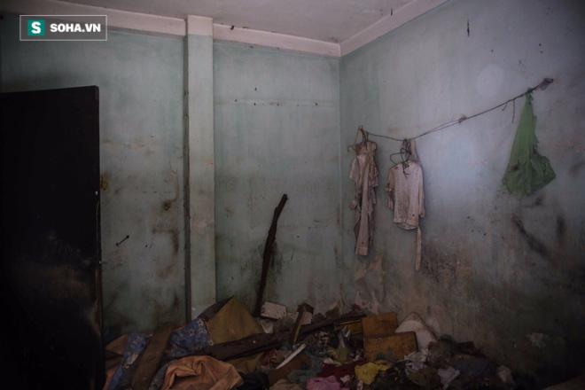 Nhiều ngôi nhà, khi bước vào bên trong sẽ cảm thấy lạnh sống lưng bởi những bộ quần áo rách nát vẫn còn được treo trên tường.