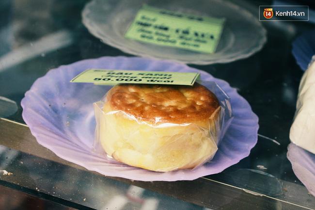 Chiếc bánh nhân đậu xanh, trứng muối giá 50.000 đồng.