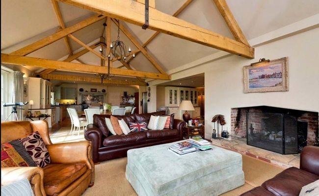 Theo The Sun, ngôi nhà có giá 6.3 triệu USD (gần 140 tỷ VNĐ) trên thị trường.