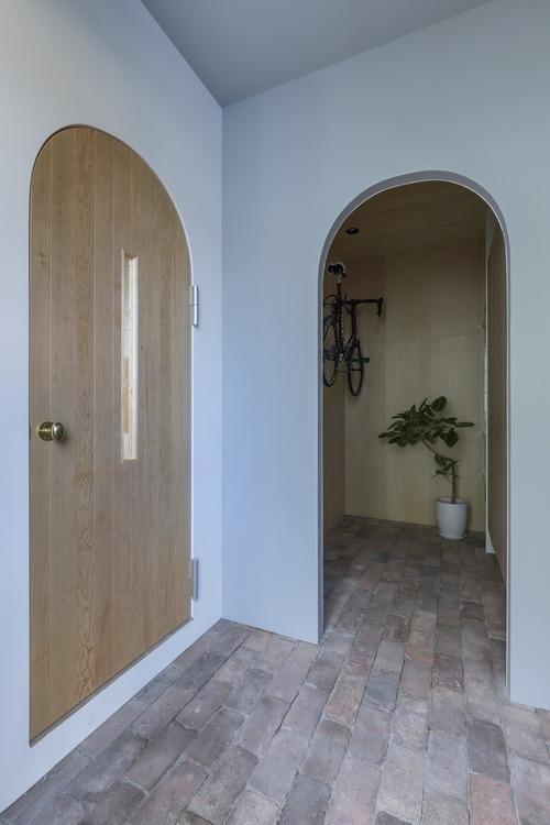 Những cánh cửa hình vòm tạo nên vẻ đẹp mềm mạị, độc đáo và mới lạ cho ngôi nhà.