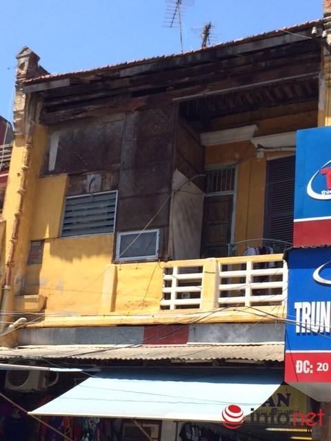 Căn nhà này ở phố Hàng Ngang dù đã được sửa chữa nhưng kèo mái bằng gỗ đã mục nứt, và được che chắn bằng cót ép... (Ảnh: Minh Thư)