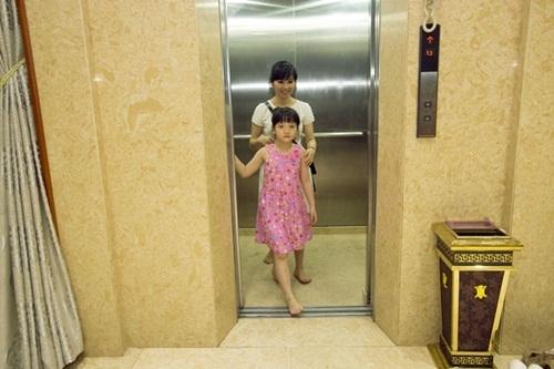 Vì có rất nhiều tầng nên ngoai cầu thang bộ vợ chồng Trang Nhung còn lắp thêm hệ thống thang máy.