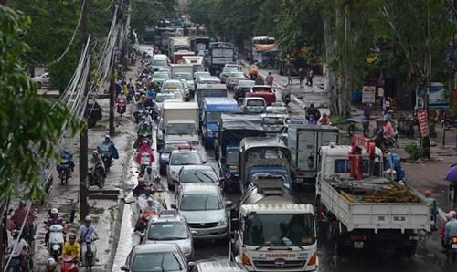 Hàng trăm phương tiện bị mắc kẹt dưới trời mưa.