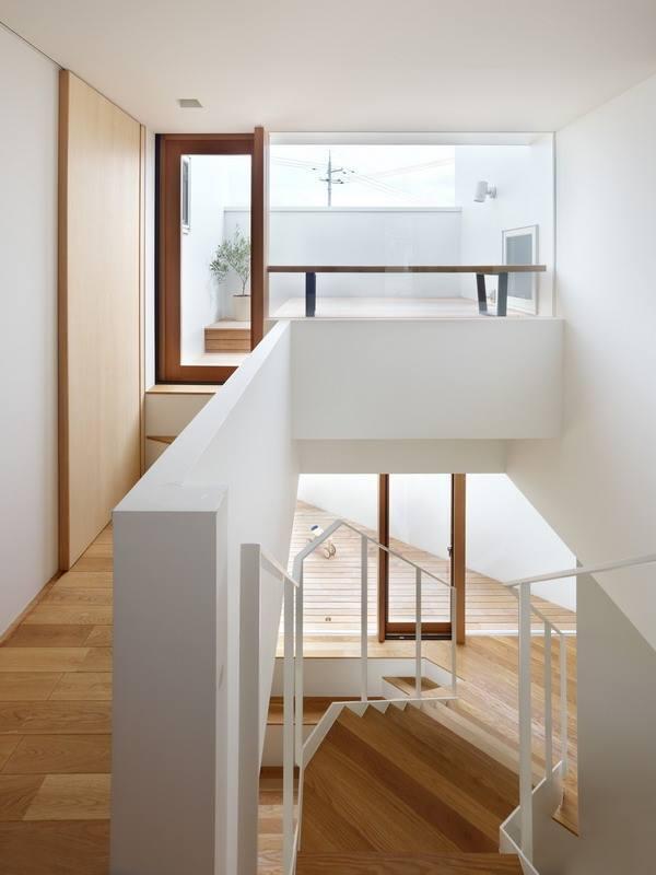 Nhờ cách bố trí các hình khối đan xen mà mọi ngõ ngách trong nhà từ tầng 1 lên tầng 2 đều tràn ngập ánh sáng tự nhiên.