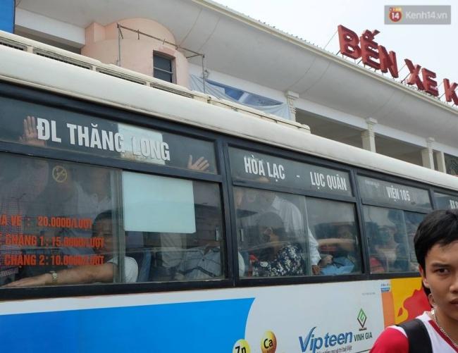 Các tuyến xe buýt nội thành xuất bến trong tình trạng kẹt cứng người. Ảnh: Định Nguyễn