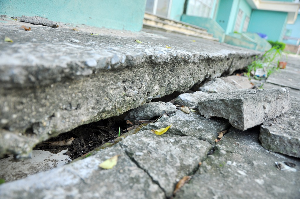 Tình trạng sụt lún phía ngoài sân chung cư.