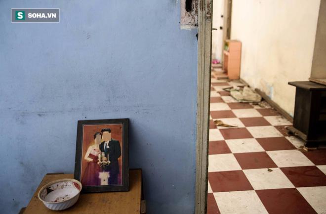 Thậm chí, các bức ảnh cưới của chủ nhà vẫn còn đặt nguyên trên bàn.