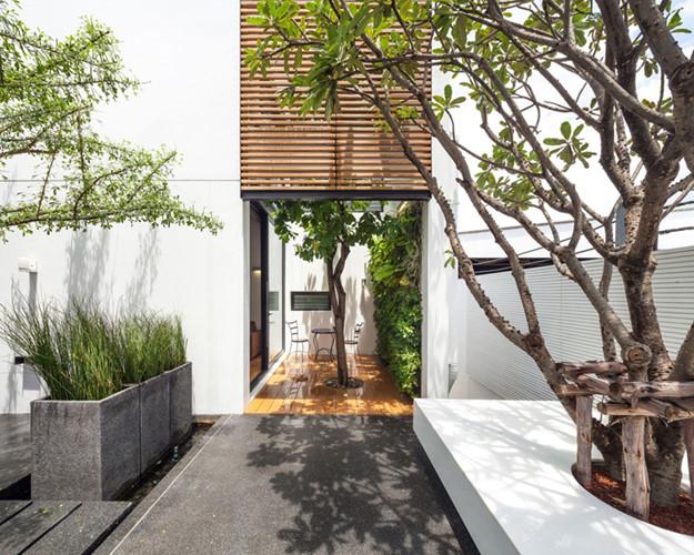 Giống hệt như căn nhà đầu tiên, cạnh phòng khách của căn nhà này cũng được bố trí một bộ bàn trà nhỏ tràn ngập cây xanh và ánh sáng mặt trời.