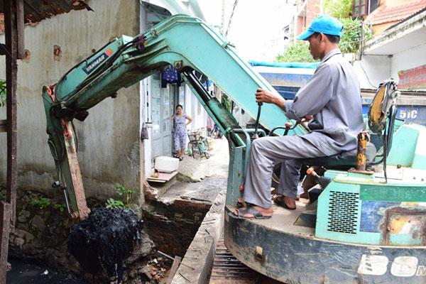 Sau liên tiếp sự cố ngập bãi đỗ sân bay Tân Sơn Nhất, hệ thống thoát nước được khơi thông dòng chảy. Trong ảnh, công nhân vét bùn tại kênh A41 sáng 16/9