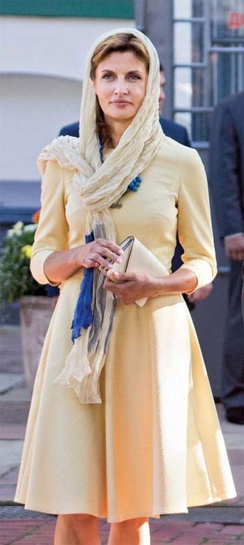 Bà Poroshenko mặc chiếc váy màu vàng nhạt của thương hiệu MustHave chỉ có giá 68 USD. Ảnh: Kyiv Post.
