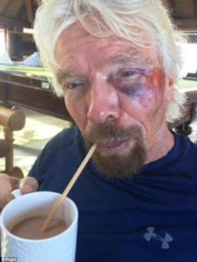 Một sự cố nhỏ hơn xảy ra với Branson khi đập mặt vào cửa kính trong lúc tìm mua món đồ kỷ niệm cho vợ. Tuy nhiên, sự việc trở nên đáng chú ý bởi Branson đang đi cùng các doanh nhân khác. Ảnh: Virgin