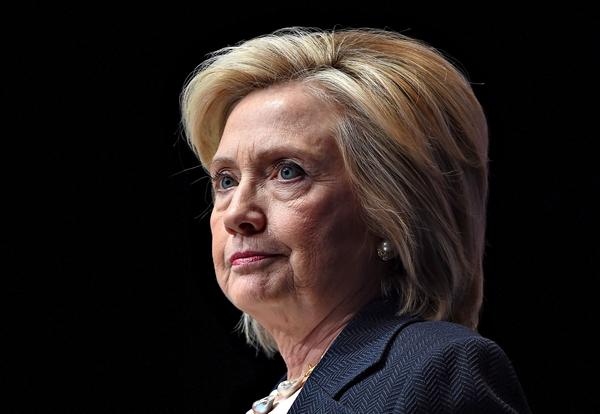 Bà Clinton đang phải đối mặt nhiều vấn đề từ trận viêm phổi tai hại.