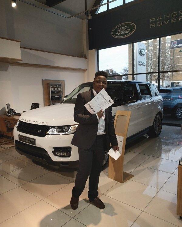 Ngoài xe siêu sang Bentley mạ vàng, triệu phú Mfune còn tậu thêm cho mình một chiếc xế hộp hạng sang Range Rover để bổ sung vào bộ sưu tập của mình