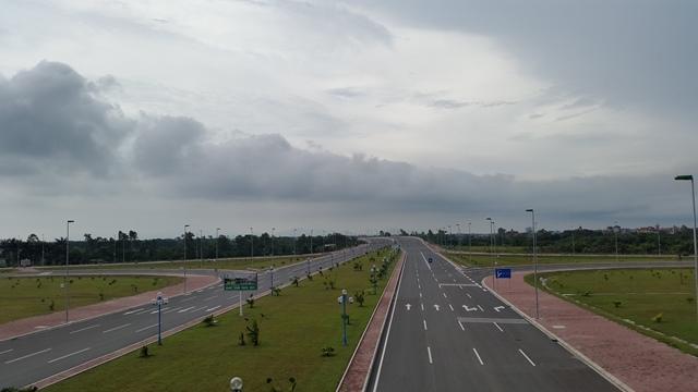 Dọc hai bên tuyến đường hiện đại bậc nhất Việt Nam kết nối trung tâm Thủ đô với sân bay quốc tế Nội Bài trong tương lai sẽ mọc lên chuỗi đô thị hiện đại.