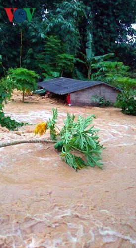 Nhiều nhà cửa bị ngập trong biển nước ảnh hưởng tới cuộc sống của người dân.