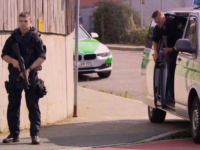 Cảnh sát ngay lập tức có mặt ở trung tâm nhập cư.