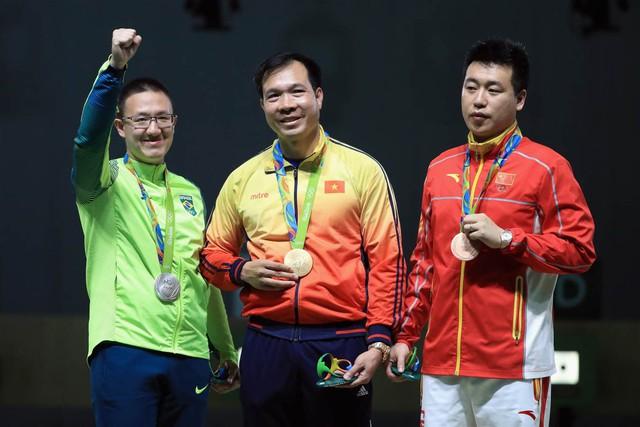 Hoàng Xuân Vinh vượt qua đối thủ người Brazil để giành Huy chương Vàng lịch sử cho Thể Thao Việt Nam.