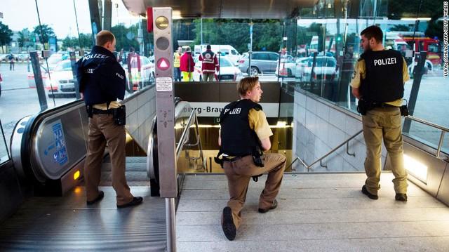 Cảnh sát phong tỏa các tuyến đường trong nỗ lực truy lùng hung thủ - Ảnh: AP.