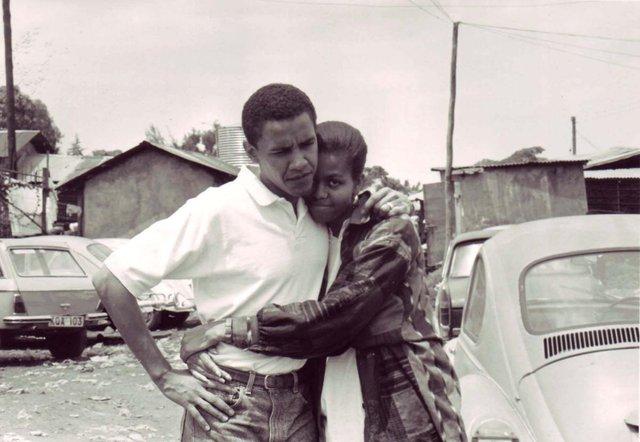 Barack Obama và vợ sắp cưới - Michelle, ở Kenya năm 1992.