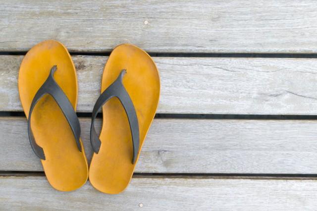 Dép tông mang tới cảm giác thông thoáng cho đôi chân nhưng lại khiến bạn gặp phải những vấn đề về gân, mắt cá hay viêm cân gan chân.