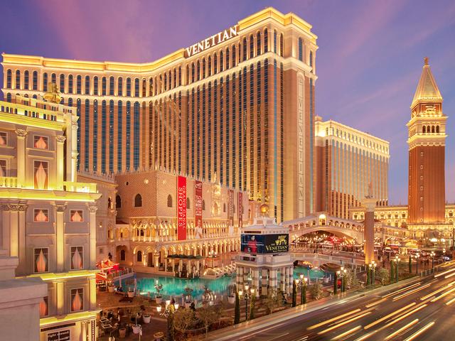 """Venetian Resort Hotel & Casino, Las Vegas là một điểm dừng chân lý tưởng hiếm có. Với hơn 4.000 phòng, khách sạn này thực sự là một """"quái vật"""" sang chảnh bởi sự hiện đại và quy mô khủng. Venetian Resort bao gồm khoảng 20 nhà hàng, 3 quầy bar bên bể bơi, trung tâm thể dục và spa khổng lồ, 1 hộp đêm trong nhà và tất nhiên, không thể thiếu các sòng bạc khét tiếng."""