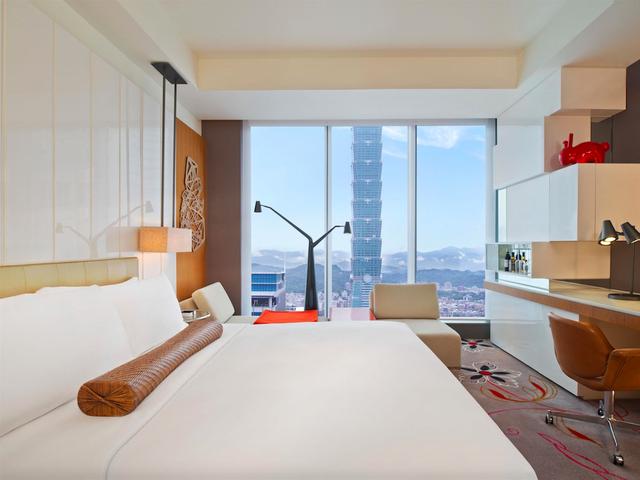 W hotel, Đài Bắc, Đài Loan nổi bật với thiết kế các chi tiết trong suốt đáng kinh ngạc – gồm 405 phòng được trang bị, thiết bị và đồ nội thất cực kỳ hiện đại, sang trọng mang lại một kỳ nghỉ độc đáo cho du khách. Ngoài ra, khách sạn cung cấp đầy đủ các lớp học thể dục, trượt băng, và view đẹp tuyệt trần từ tất cả 31 tầng.