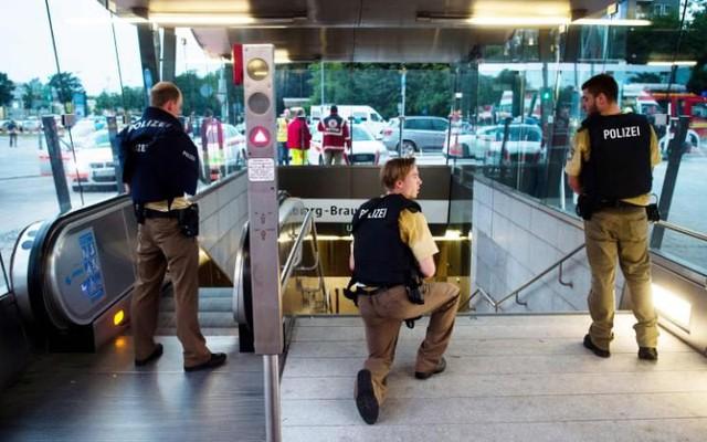Cảnh sát phong tỏa các tuyến đường trong nỗ lực truy lùng hung thủ - Ảnh: AP