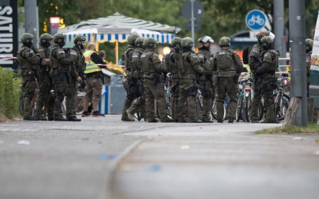 Lực lượng vũ trang được trang bị vũ khí hạng nặng cũng được huy động. Ảnh: Telegraph.