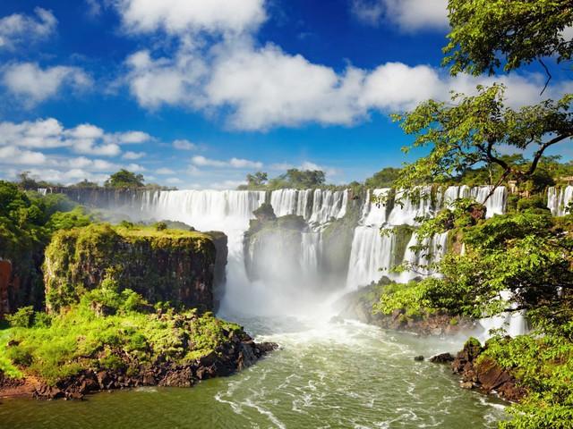 Thác nước Iguaçu, nằm ở biên giới Argentina và Brazil, là một trong những thác nước thiên nhiên hùng vĩ và cao ngoạn mục nhất trên thế giới. UNESCO công nhận Iguaçu là Kì Quan Thiên Nhiên Thế giới.