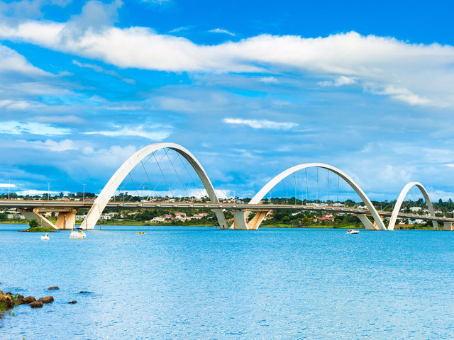 Brasilia, thủ đô của Brazil cũng được UNESCO vinh danh là Di sản Thế giới. Cầu Juscelino Kubitschek tại Brasilia.