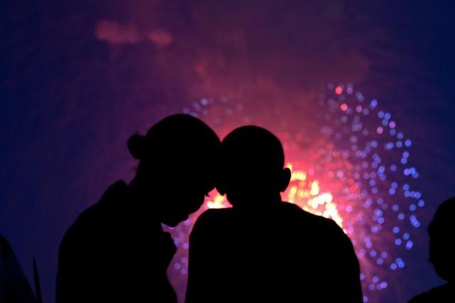 Cặp đôi quyền lực Barack Obama và Michelle Obama cùng nhau xem pháo hoa trên National Mall từ mái Nhà Trắng, ngày 04 tháng 7 năm 2010.