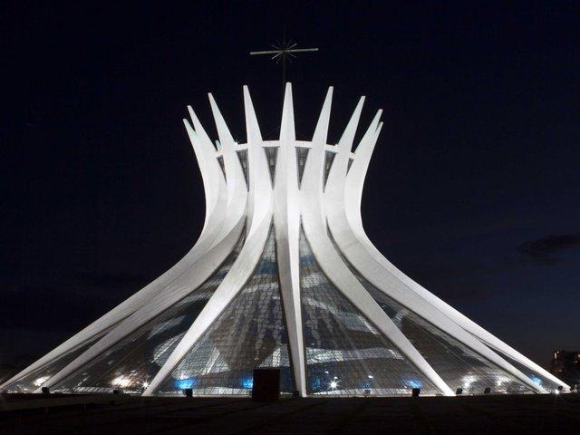 """Thành phố theo lối kiến trúc hiện đại được thiết kế bởi kiến trúc sư Oscar Niemeyer - ông vua của """"những đường cong"""", người nổi tiếng với nhiều công trình trong đó có Nhà thờ Brasilia."""