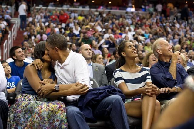 Barack Obama tình cảm hôn vợ cho Kiss Cam trong trận đấu Olympic giữa đội bóng rổ nam Hoa Kỳ và Brazil tại Trung tâm Verizon, Washington, ngày 16 tháng 7 năm 2012.