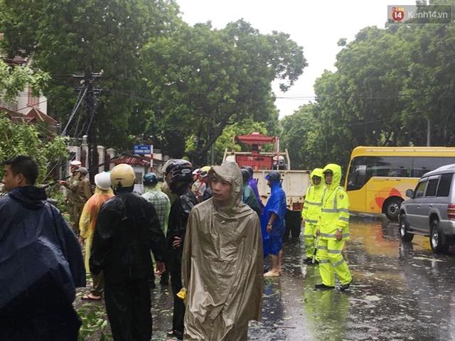 Lực lượng chức năng cùng người dân cũng có mặt hỗ trợ dọn dẹp sau bão.