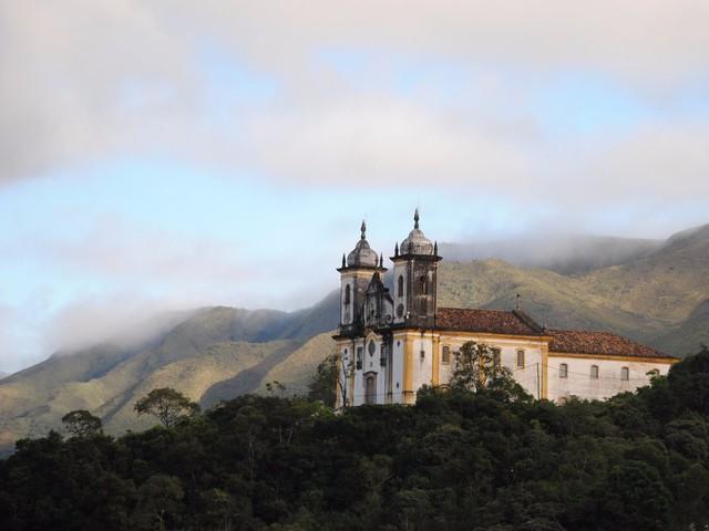 Một vài thành phố khác cũng được UNESCO xếp hạng là Di sản Thế giới bao gồm thành phố đẹp như tranh vẽ Ouro Preto với những mái nhà dốc đỏ, các nhà thờ mang đậm phong cách Baroque và con đường trải đá.