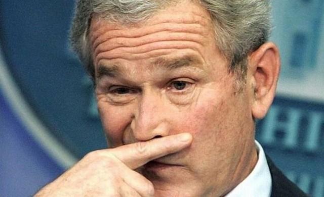 Cựu Tổng thống Mỹ George W. Bush vô tình bị chộp lại hành động khó hiểu.
