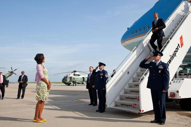 Và khoảng khắc bình thường nhưng ấm áp vô cùng: Michelle Obama đứng chờ Barack Obama tại sân bay John F. Kennedy International, New York, ngày 14 tháng 6 năm 2012.