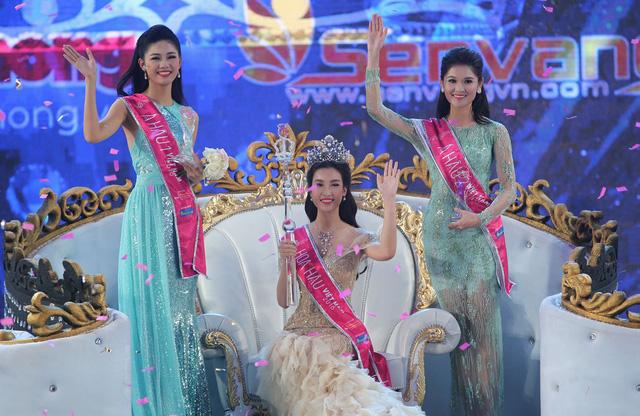 Top 3 Hoa hậu Việt Nam 2016. Á hậu 1 thuộc về Ngô Thanh Thanh Tú, Á hậu 2 là Huỳnh Thị Thùy Dung.