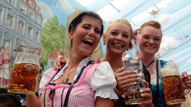 Người Đức ăn bia, ngủ bia, uống bia, và chắc cũng thở bằng bia.