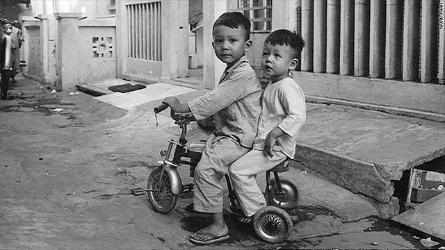 Thuan Pham và em trai khi còn ở Việt Nam. Ảnh: CNNMoney.