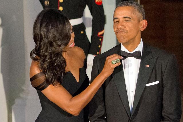 Đệ nhất phu nhân Mỹ Michelle Obama điều chỉnh cà vạt cho chồng trong giây phút chuẩn bị để chào đón Chủ tịch Trung Quốc Tập Cận Bình và Madame Peng Liyuan đến bữa tiệc nhà nước tại Bắc Portico thuộc Nhà Trắng, Washington vào ngày 25 tháng 9 năm 2015.