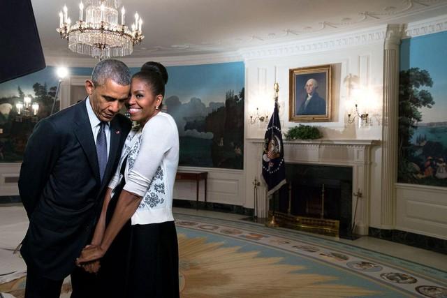 Đệ nhất phu nhân e ấp bên chồng trong một video ghi hình cho World Expo 2015 tại Phòng tiếp tân ngoại giao của Nhà Trắng, ngày 27 tháng 3 năm 2015.