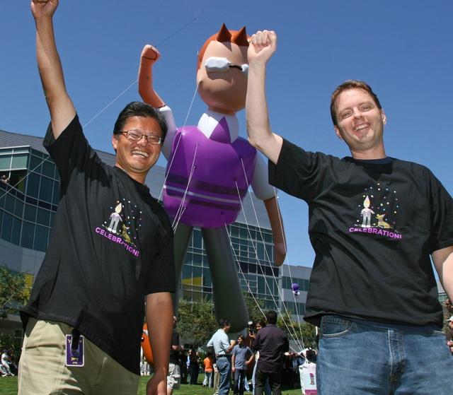 Hai sáng lập viên Yahoo! - Jerry Yang (trái) và David Filo (phải). Ảnh: Court Mast/Getty Images.