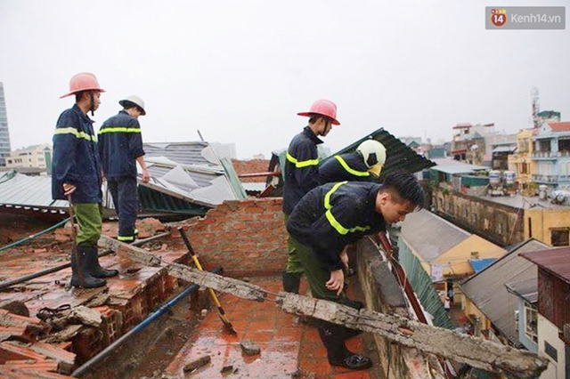 Tường gạch trên mái nhà cũng bị nứt đổ. Ảnh: Phương Thảo